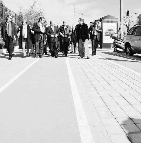 Alcalde y concejales visitando el nuevo carril bici