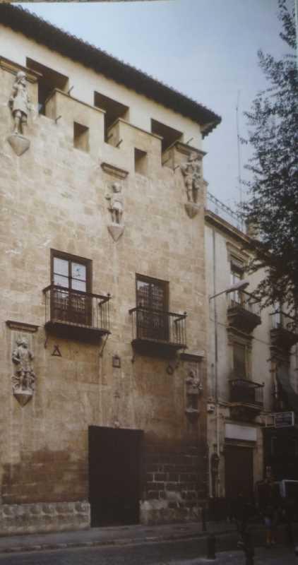 Imagen de la fachada principal de la Casa de los Tiros
