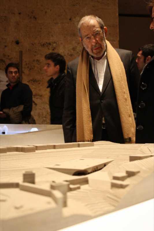Alvaro Siza ante una maqueta presentada a concurso