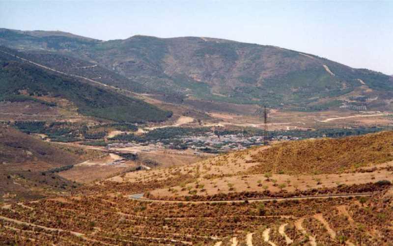 En el fondo de valle de las Alpujarras, pueblo y ruedo de huertas regadas, laderas abandonadas y vertientes repobladas. Una sucesión característica de la ocupación del terazgo