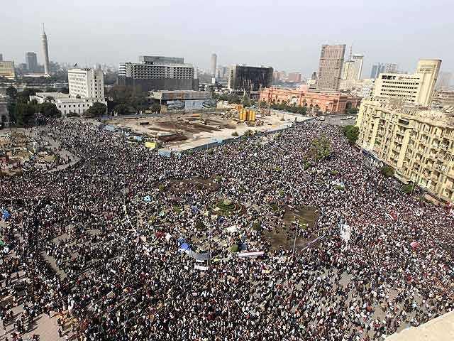 La Plaza de Tahrir (El Cairo) en plena revolución . FUENTE: laciudadviva.org
