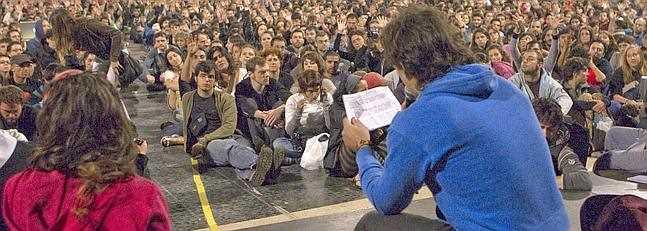 """Grupo de """"indignados"""" del movimiento 15-M en la Plaza de Cataluña en Barcelona. FUENTE: ideal.es"""