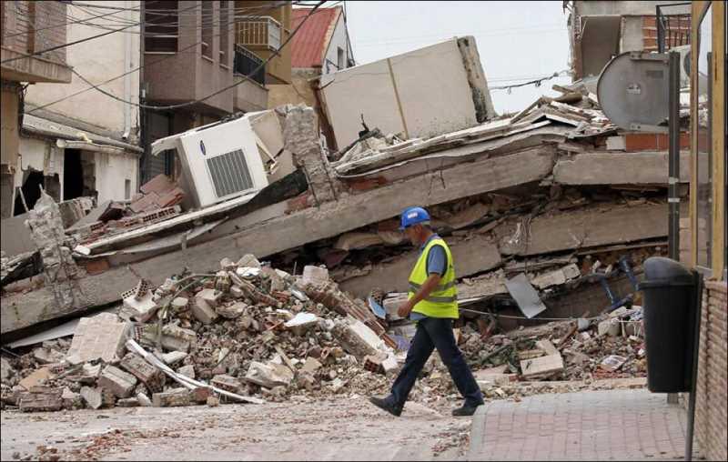 Imagen de edificio colapsado en Lorca. FUENTE: Publico.es