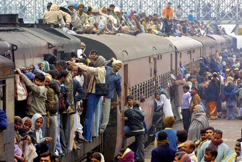 Peregrinos hindues abarrotando un tren. FUENTE: elpais.com