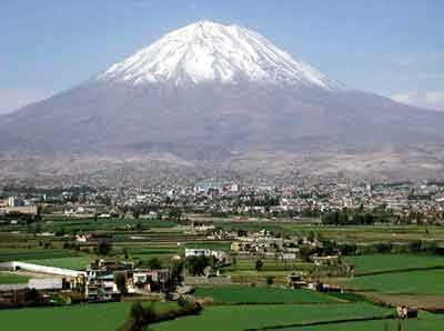 Arequipa, con el volcan Misti al fondo