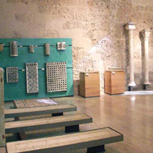 Imagen Sala VI. Periodo nazarí: la Rauda, la cerámica de lujo. Fuente: www.juntadeandalucia.es