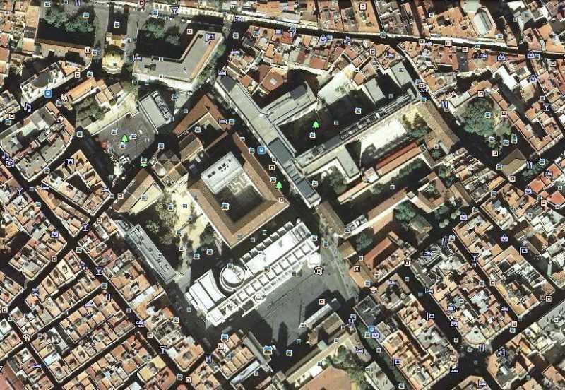 La inserción del MACBA y a su lado la rehabilitación de la Casa de la Caritat en el barrio del Raval supuso a principio de los años noventa del pasado siglo un revulsivo para el degradado centro histórico de Barcelona. FUENTE: googlemaps
