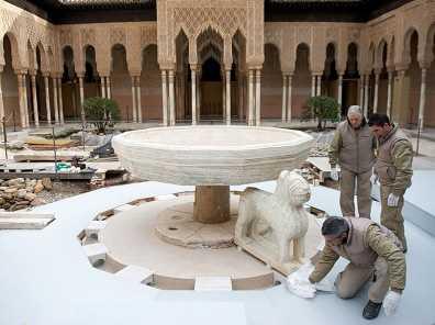 Patio de los Leones durante la restauración. FUENTE: canaldehistoria.es