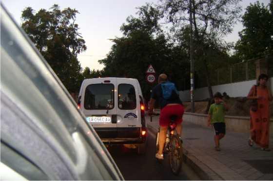 Un valiente jugándosela por el Camino  Bajo de Huétor entre tráfico denso y al anochecer. Y aquí cabe perfectamente un carril bici, que bien diseñado, comunicaría  Monachil, Cájar, Huétor Vega y Granada.