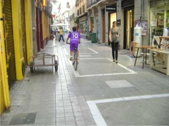 Convivencia bici-peatón por calles peatonales del centro de Granada
