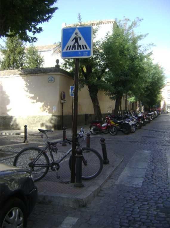 Plaza de los Lobos: aparcamiento para motos y bicis, mal diseñado y por tanto saturado de motos. La bici acaba mal aparcada.