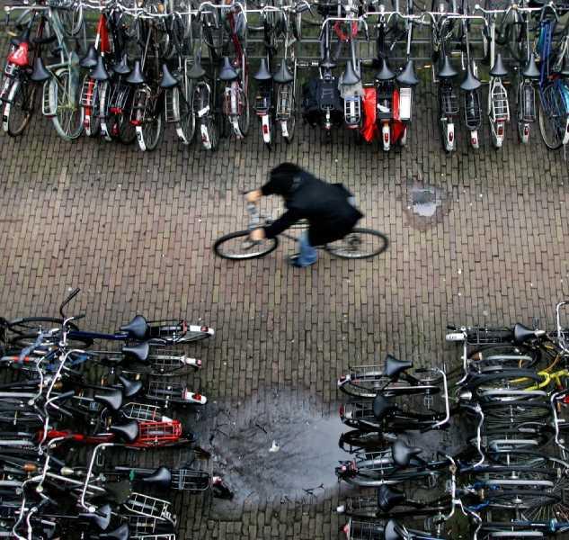 Ciclista por Amsterdan. FUENTE: elpais.com