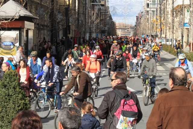 Marcha ciclista por Gran Via. FUENTE: biciescuelagranada.es