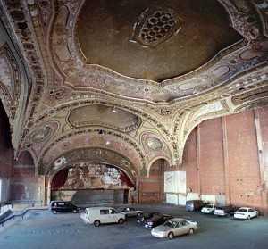 Interior del teatro con vehiculos. FUENTE: nosoloviajeros