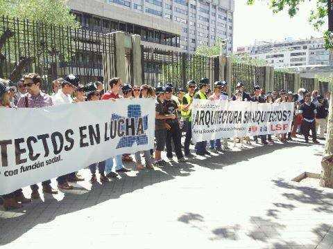 No a la LSP.  Concentracion en el Ministerios. Fuente: Iniciativa #21JCascoNegro Madrid