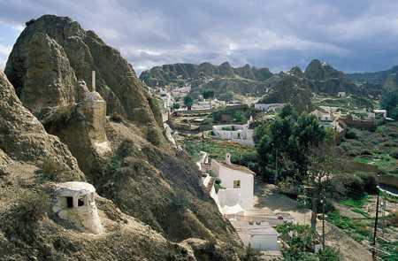 Paisaje de Bad-Lands y viviendas trogloditas en Guadix. Fuente: juntadeandalucia.es