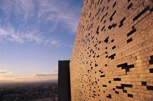 intervencion en muralla nazari. Albaicin, Granada. Fuente: plataformaarquitectura.cl