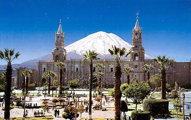 Plaza de Armas de Arequipa con el volcán Misti al fondo. Fuente: perupacifictours.com