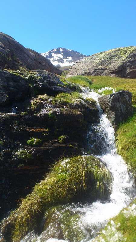 Chorreras del deshiel con el pico de El Cuervo al fondo. Fuente: elaboración propia