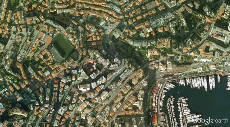 Trama de Monaco, ajustandose a la accidentada topografía en la estrecha franja entre entre la ladera escarpada y el mar. fuente: Google Earth