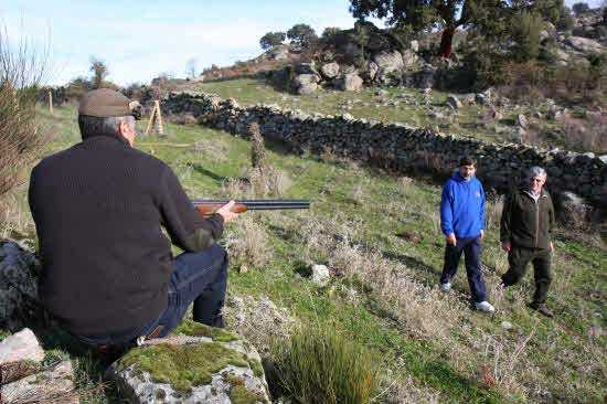 Senderistas pasean frente a un cazador. Fuente: hoy.es