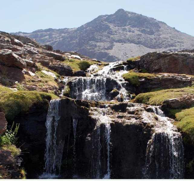 Arroyos de alta montaña, que canalizan el agua de deshielo hasta los diferentes cauces. FUENTE: Observatorio de Cambio Global de Sierra Nevada. Metodología y seguimiento. 2012