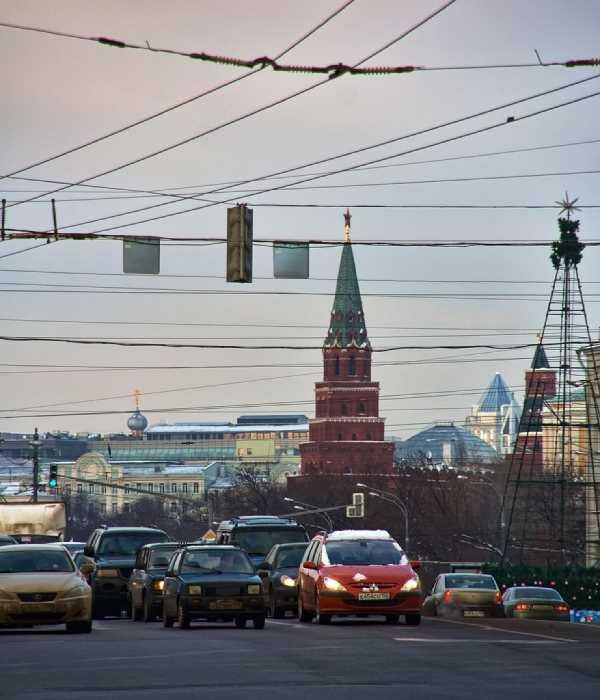Calle abarrotada de trafico en Moscú, cubierta de cableado. Fuente: Panoramio.com