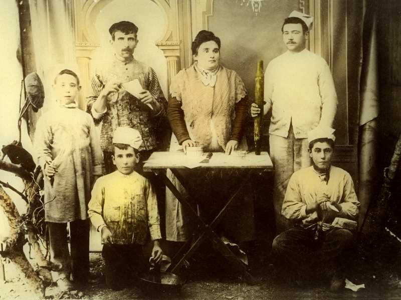 1900. La Señá Frasquita junto a sus trabajadores en la pastelería la . Fuente: Torcuato Fandila