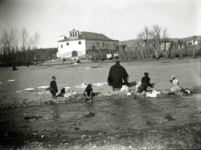 1905. Lavando ropa junto a la antigua ermita de San Sebastián . Fuente: Torcuato Fandila
