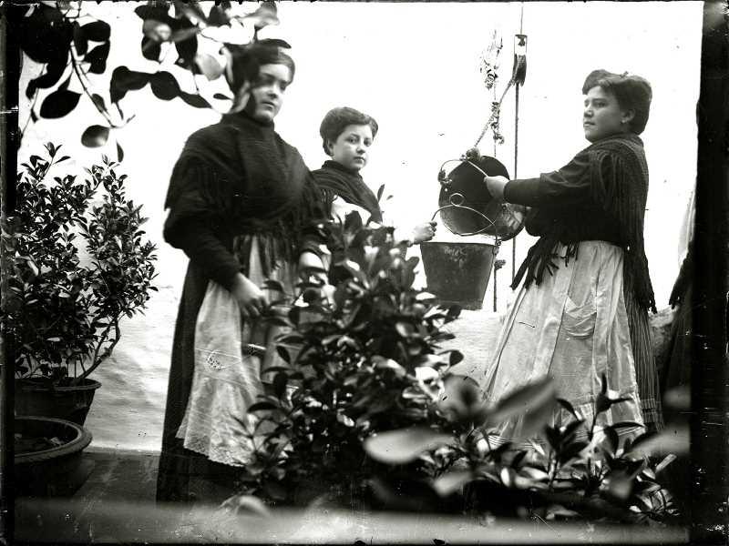 1905. Sacando Agua Del Pozo . Fuente: Torcuato Fandila