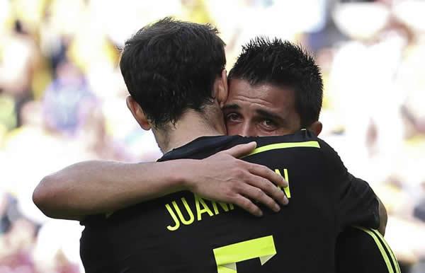 El delantero español David Villa (d) celebra con su compañero Juanfran Torres el gol marcado a la selección australiana