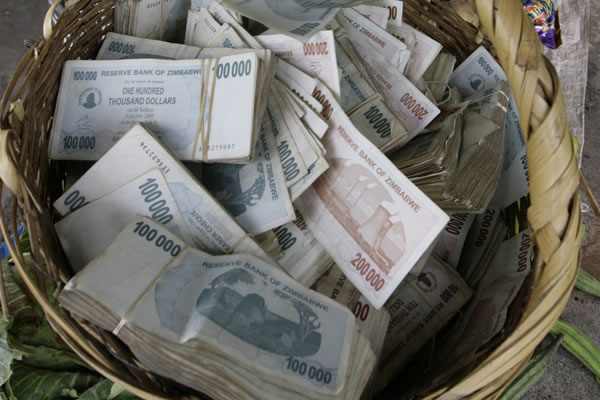 Billetes de elevadas cifras como los emitidos en 2008 en Zimbabwe, son evidencia de un ciclo de hiperinflación. :: AGENCIAS