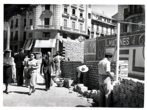 Vallado del solar donde se construirá la Casa de Correos y Telégrafos en Puerta Real. 20/07/1949 Torres Molina/Archivo de IDEAL