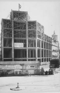 Obras de construcción  Casa de Correos y Telégrafos de Granada en Puerta Real. Fecha desconocida. Torres Molina/Archivo de IDEAL