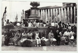 Granadinos disfrutan del fresquito de la fuente del Triunfo en una tarde de agosto. 1974 Torres Molina/Archivo de IDEAL