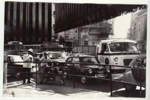Atasco en Puerta Real. 22 de septiembre de 1970. Torres Molina/Archivo de IDEAL