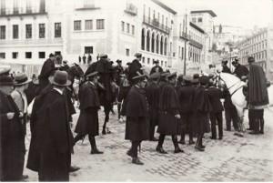 Guardias de Asalto junto a la flamante Escuela Normal./ Archivo de IDEAL