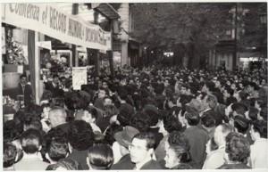 Una multitud rodea la caseta de la Tómbola de la Caridad durante el récord de locuadidad. 12 de noviembre de 1963 Torres Molina. Archivo de IDEAL