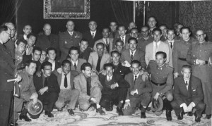 Manuel Sola, alcalde de Granada, junto a otras autoridades municipales, se fotografían junto a los seis granadinos repatriados de Rusia donde permanecían detenidos desde el final de la Segunda Guerra Mundial. 24/04/1954 Torres Molina / IDEAL