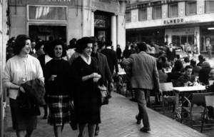 Ambiente en la terraza del Café Granada aquel sábado de abril del 64. Torres Molina/Archivo de IDEAL