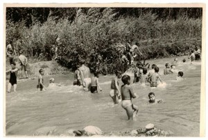 Un grupo de niños se baña en el cauce del río Genil. Torres Molina/Archivo de IDEAL
