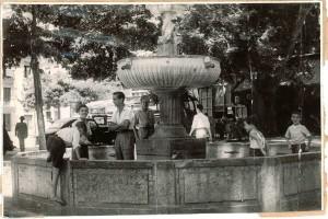Chicos juegan en la fuente de la plaza del Campillo. Torres Molina