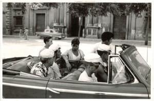Solícitos guías se ofrecen para ayudar a unos turistas suizos a su llegada a Granada. Fotos de fecha desconocida. Torres Molina/archivo de IDEAL