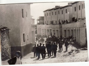 La comitiva de políticos conoce el estado de las obras en Pitres. Septiembre de 1944. Torres Molina/Archivo de IDEAL