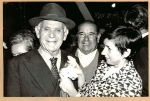 Un emigrante recibe un clavel blanco a su llegada a Granada como miembro de la expedición de la 'Operación España' Octubre 1969. Torres Molina/Archivo de IDEAL