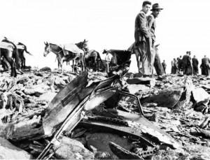 Trabajos de rescate de las víctimas de accidente aéreo ocurrido en Sierra Nevada donde un avión de DC-6 Charter de la compañía francesa UTA se estrelló contra el Goterón en la ladera posterior a la Alcazaba. Octubre 1964 Torres Molina/Ideal