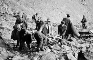 Trabajos de rescate de las víctimas de accidente aéreo ocurrido en Sierra Nevada donde un avión de DC-6 Charter de la compañía francesa UTA se estrelló contra el Goterón en la ladera posterior a la Alcazaba. Octubre 1964 Torres