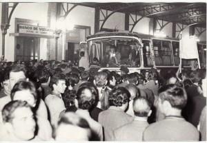 Recibimiento en la estación de tren de Andaluces a los granadinos que volvieron en la 'Operación España'. Octubre 1969. Torres Molina