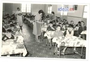 Niños almuerzan en el comedor del asilo de San Rafael en una imagen de fecha desconocida. Foto Romero/Archivo de IDEAL