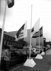 Trabajadores de la estación arrían las banderas de un Camoeonato que no llegó a celebrarse. Hubo que esperar un año, para ver a Granada en la élite de esquí mundial. González Molero/Archivo de IDEAL